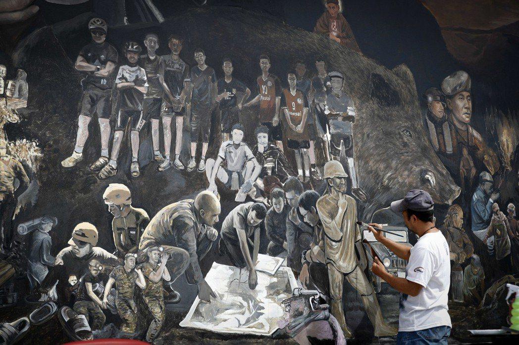 「THE HERO」壁畫,將野豬足球隊、參與搜救的人員們畫成了一幅「英雄壁畫」,...
