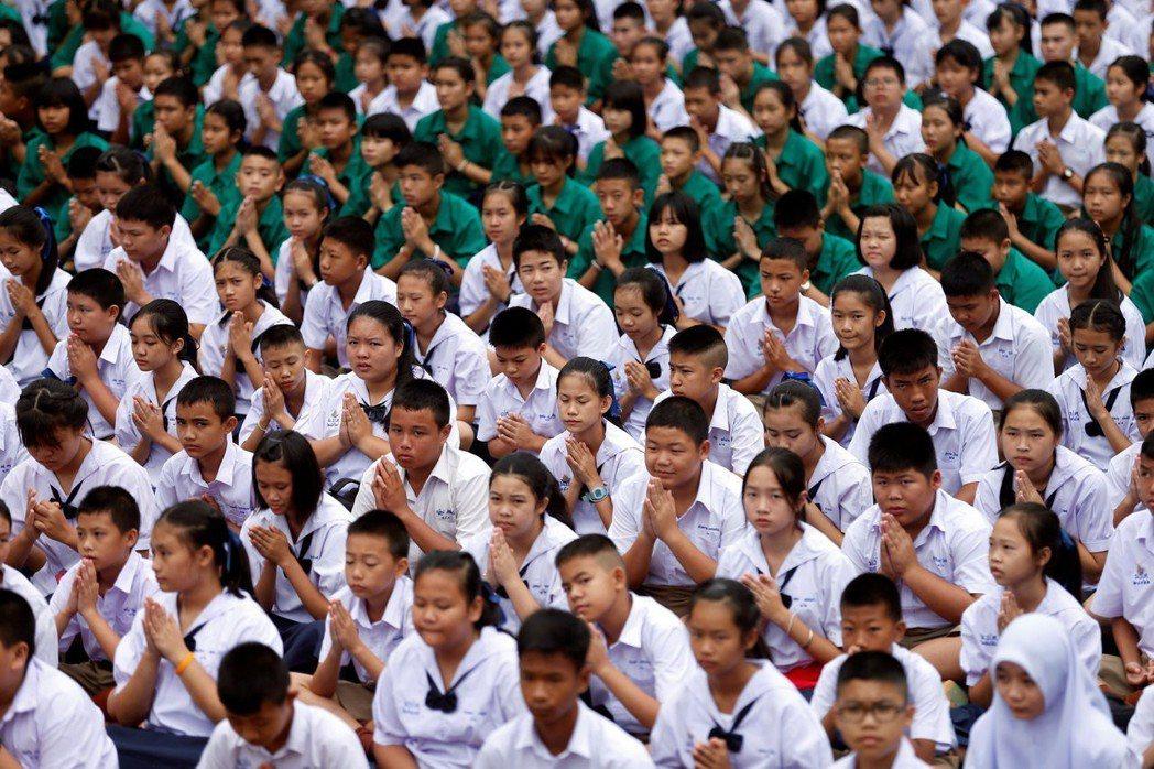 佛教的影響力早已深入國民教育之中。圖為泰國的學校發起師生為洞穴少年團祈福。 圖/...