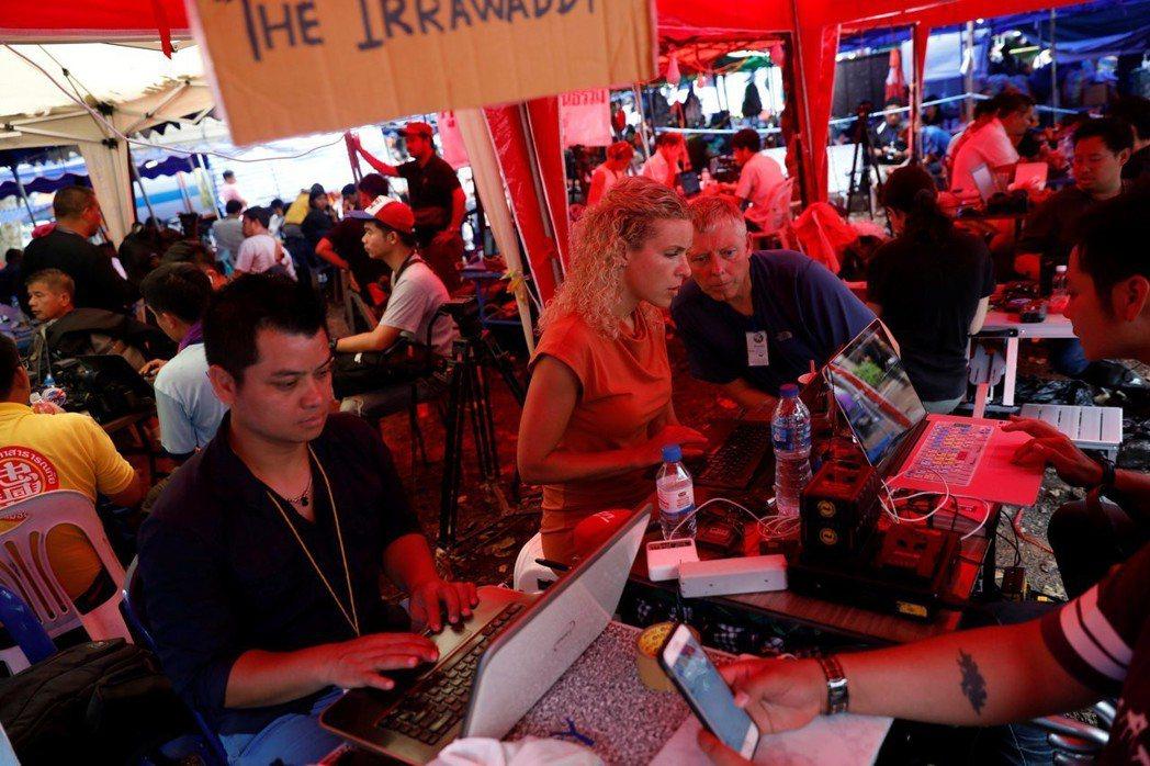 各大媒體與駐守洞口的志工,開始一連串的追蹤報導與網路直播。圖為洞穴外的媒體記者工...
