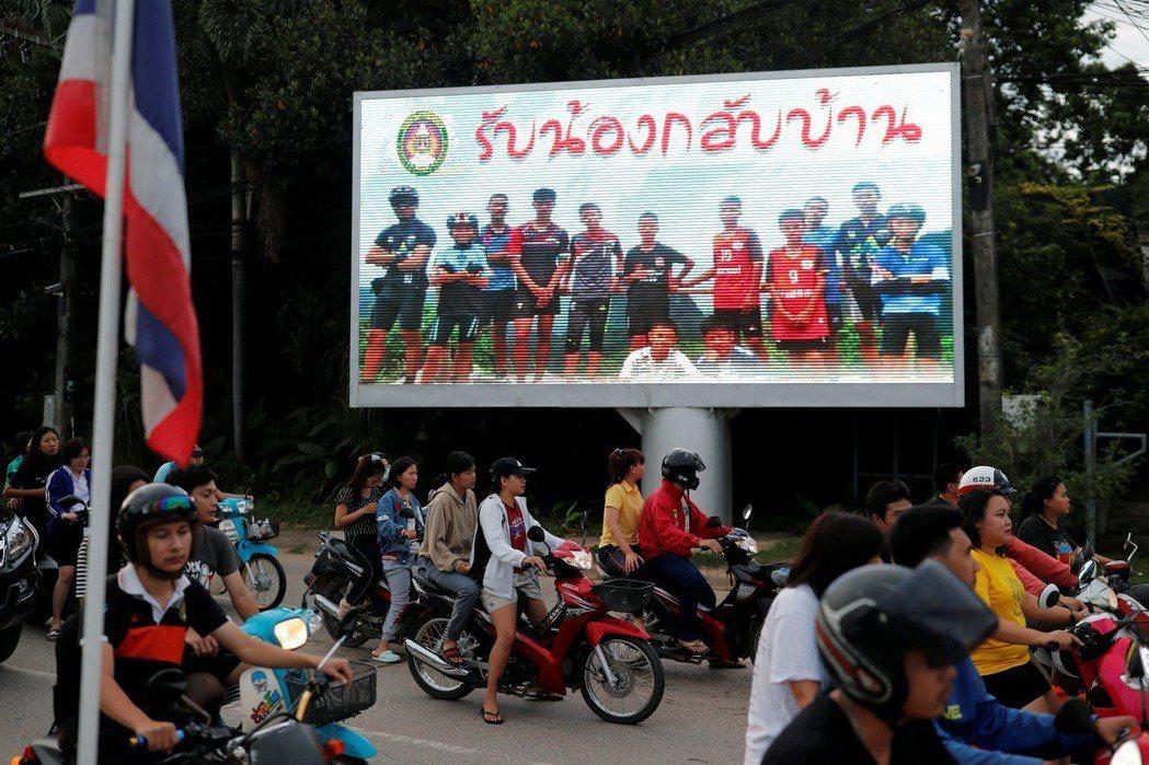 「洞穴事件」新聞的製造與流通,會帶來什麼樣的社會效應?圖為泰國街道上的電子看板,...
