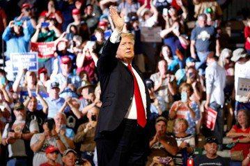 2016年美國總統大選所暴露出來的,都是「下層」群眾對於現有的菁英階級與權勢集團的強烈反彈。圖為現任美國總統川普。 圖/路透社