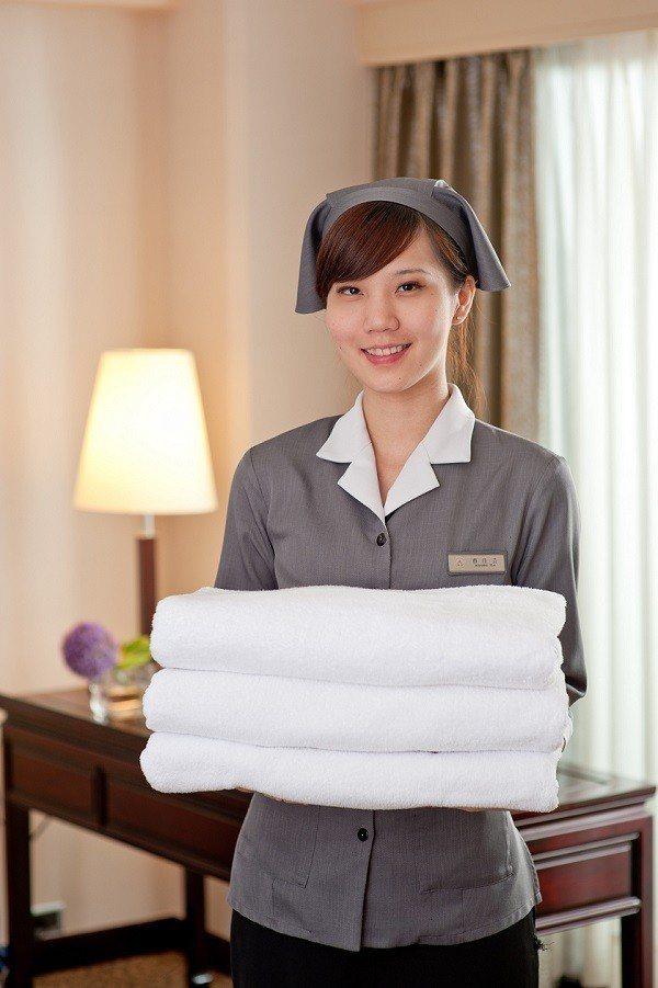 穿上整潔制服的客房服務人員形象照。 台北福華/提供