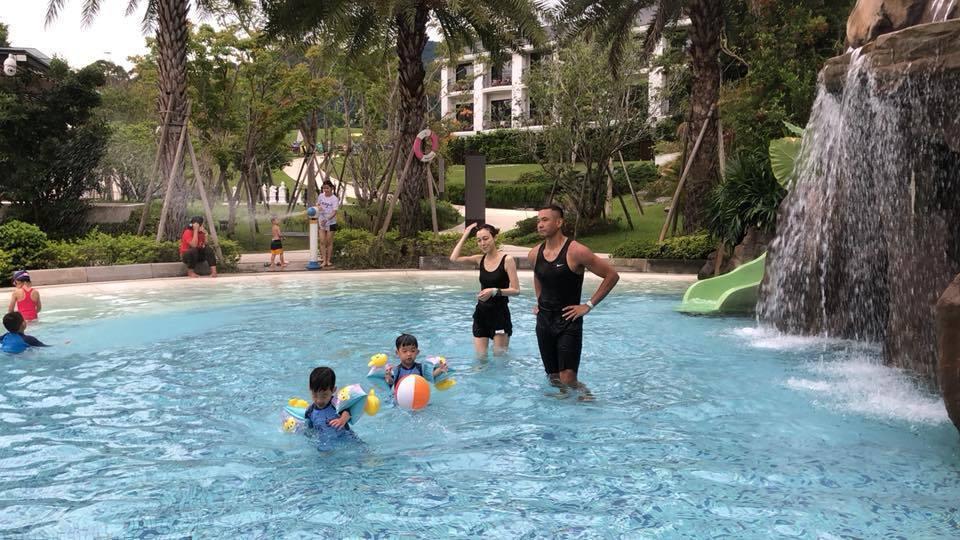 黑人與范范常常帶著飛翔去游泳。圖/擷自黑人臉書