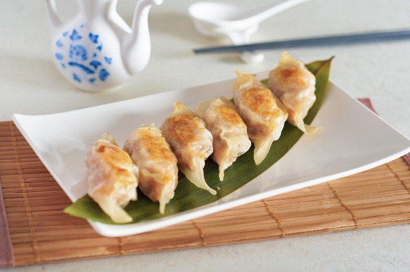 雞汁煎鍋貼,要趁熱吃,口感鮮美多汁。 台北凱撒/提供