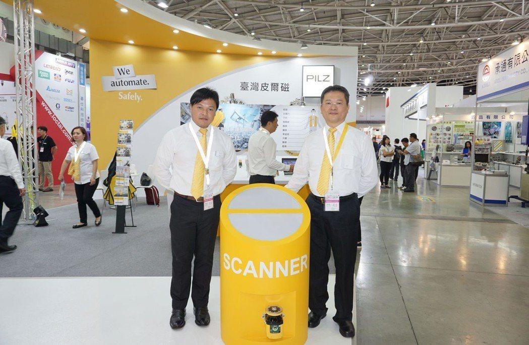 皮爾磁Pilz總經理吳瑞山(右)介紹2D感測器如何強化廠區安全。 金萊萊/攝影