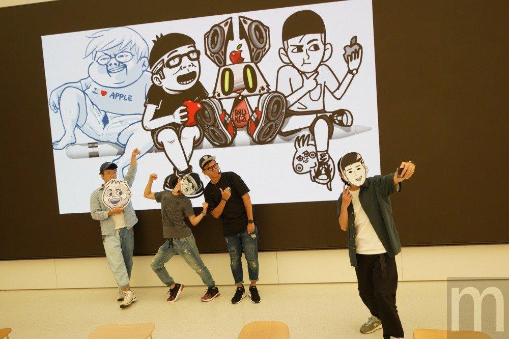 四位圖文創作者在此次活動共同使用iPad完成創作