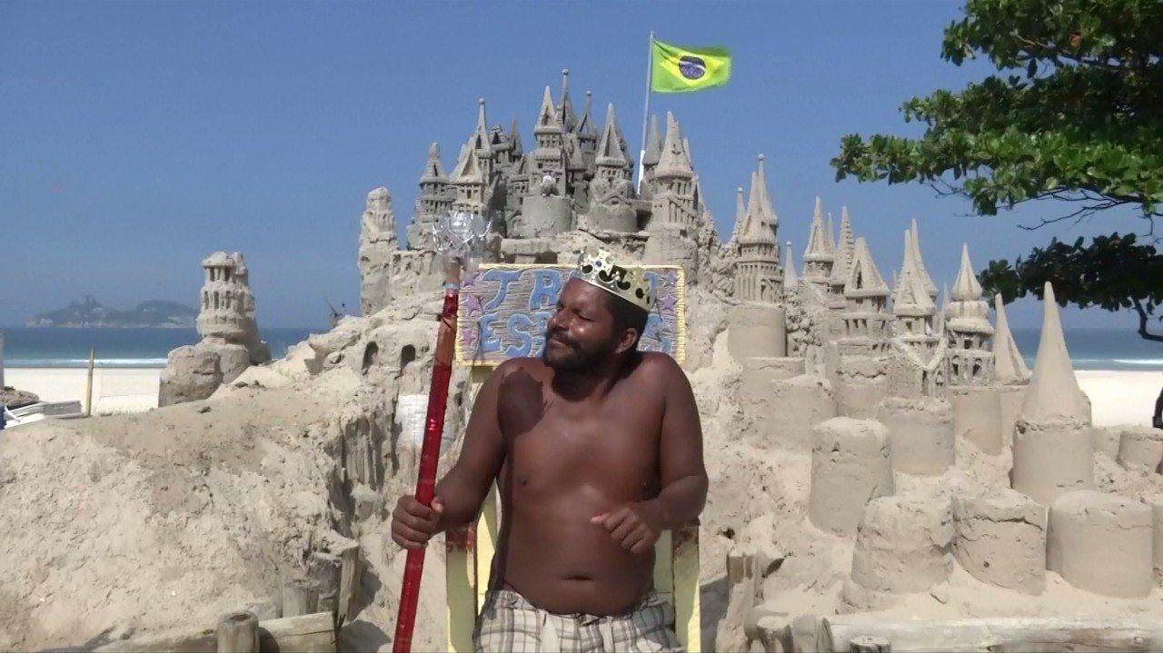 巴西44歲男子馬托利亞斯,在自己打造的沙堡中,一住就是22年,受當地居民封為「國...