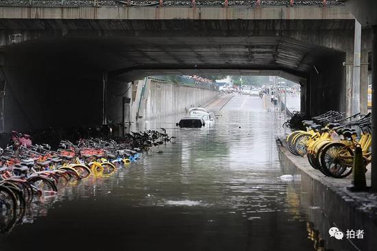 北京出現今年來最強降雨,連續第3天暴雨傳出市區多處淹水及土石流災情。取自新京報