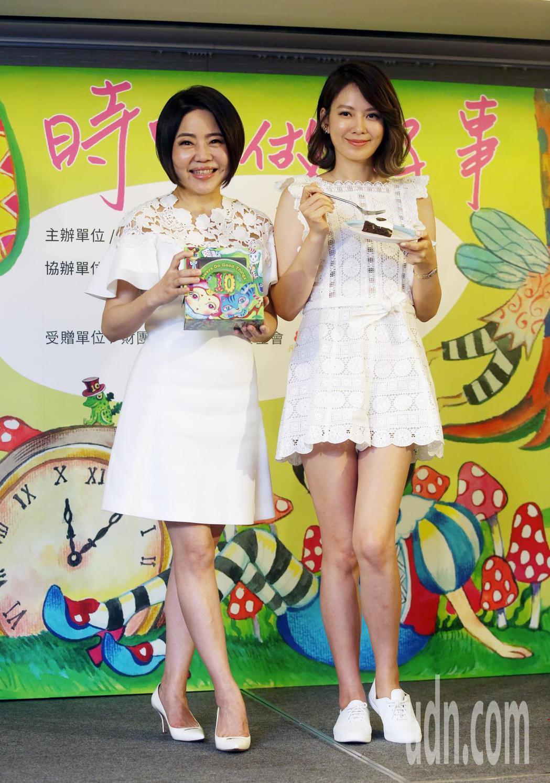 于美人(左)公益蛋糕義賣開賣了,于美人義賣蛋糕第十年,今年義賣主題取十的諧音訂為...