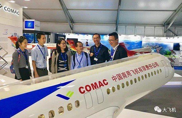 參展法恩堡航空展,中國商飛展示1:10比例的C919大型客機混合級客艙模型。取自...