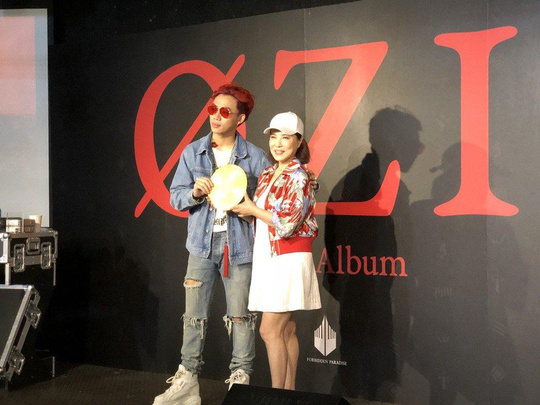 新人ØZI(左)首闖歌壇,媽媽葉璦菱送上金唱片。記者林士傑/攝影