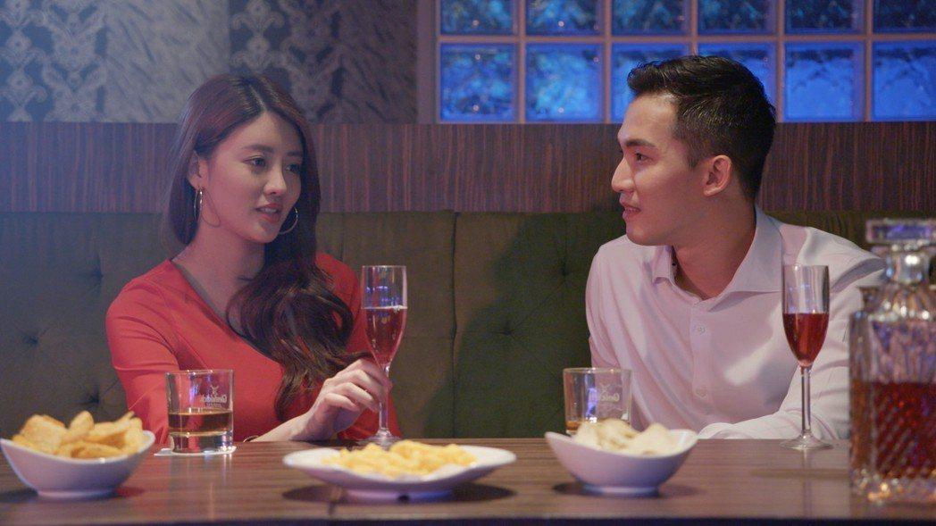 賴琳恩(左)自曝拍攝「美男魚澡堂」從頭喝到尾。圖/KKTV提供(  ※ 提醒您: