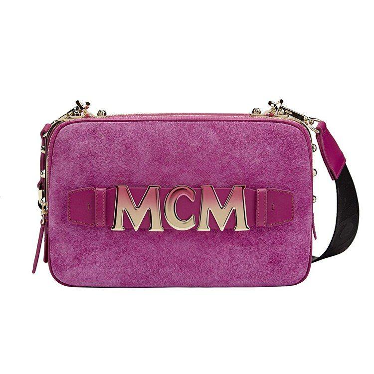 MCM Cubism桃紅色斜背包迷你款,售價34,500元。圖/MCM提供