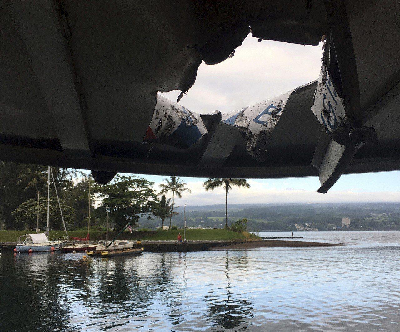 美國夏威夷大島,幾勞亞火山噴發不斷吸引大批遊客,16日一艘觀光船在參觀岩漿入海奇...