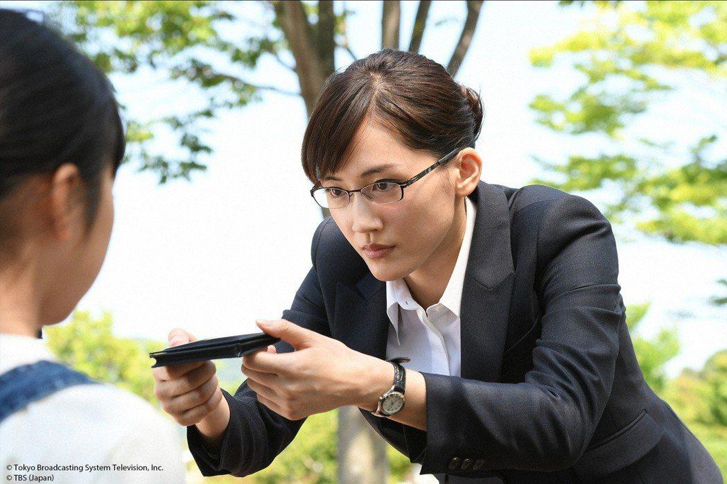 綾瀨遙與繼女初次見面就遞上名片。圖/KKTV提供