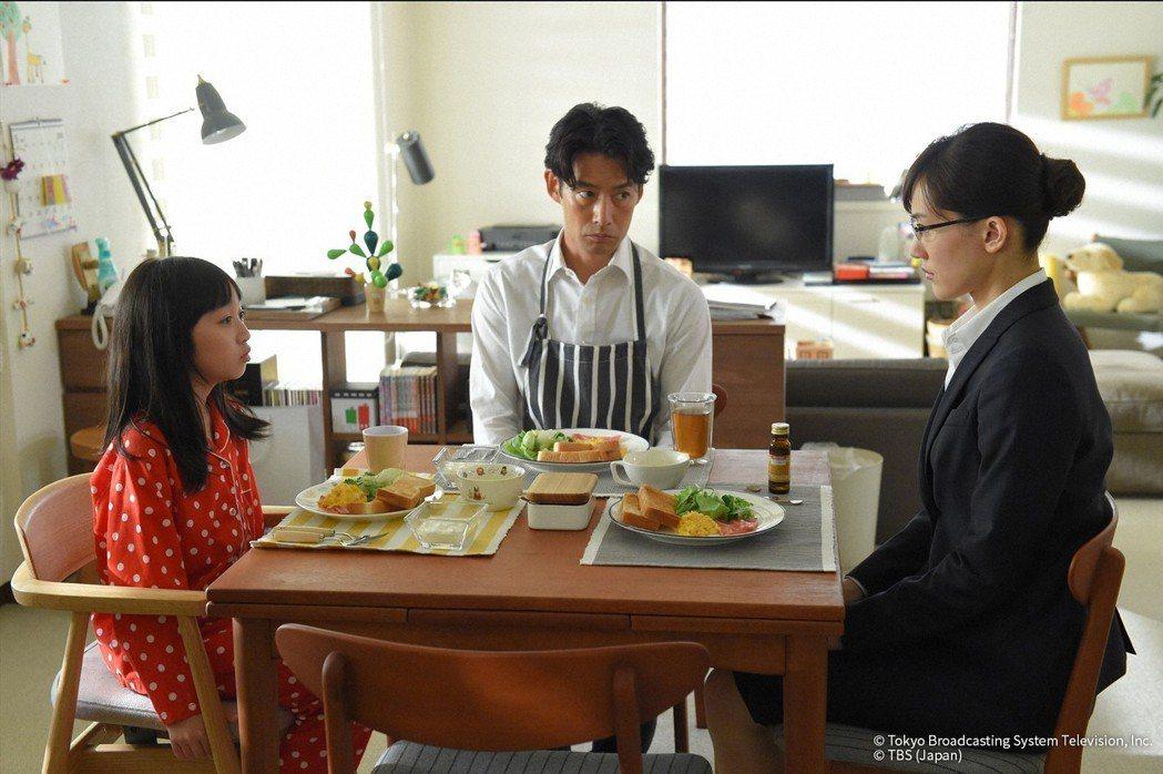 綾瀨遙(右)與竹野內豐(中)及戲中女兒(左)一起吃飯。圖/KKTV提供
