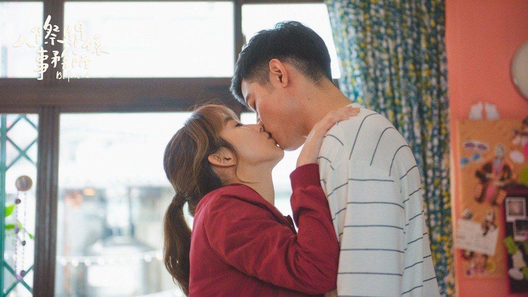 郭書瑤(左)和王柏傑上演吻戲。圖/歐銻銻娛樂提供