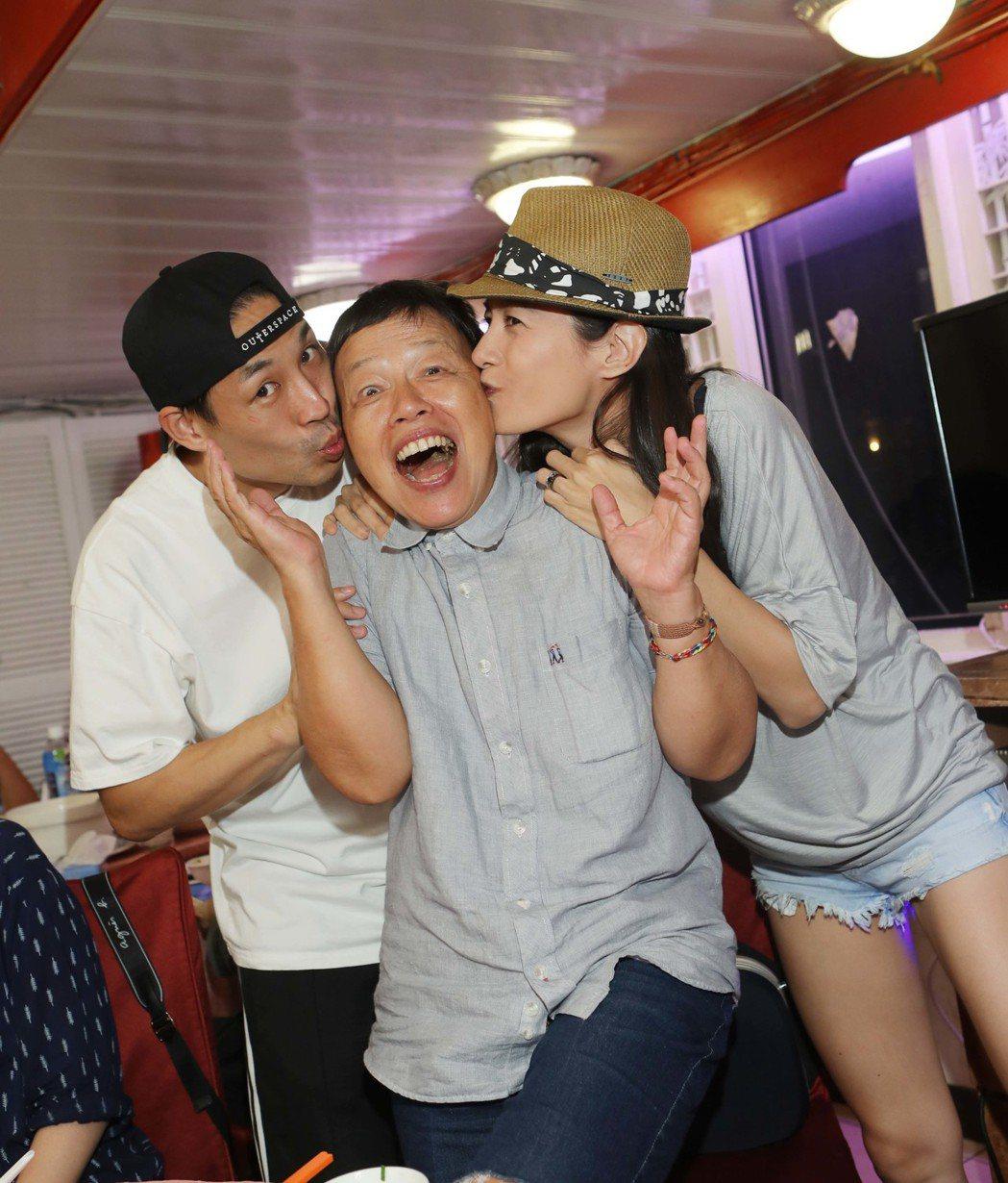 藍鈞天(左)、Janet(右)向導演王小棣獻吻。圖/公視提供
