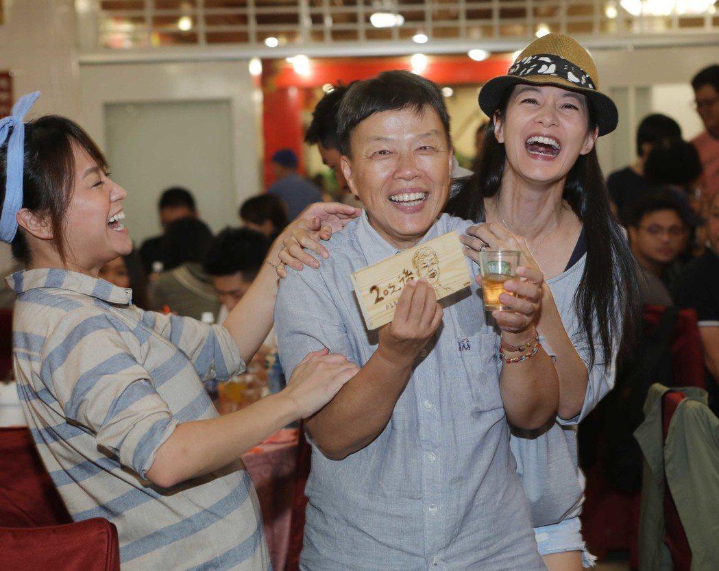 Janet(右)向導演王小棣獻上紀念禮物。圖/公視提供