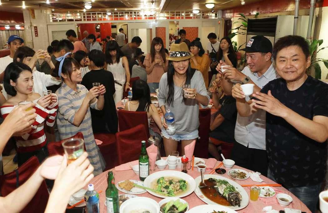 賀一航(右)出席「20之後」殺青宴。圖/公視提供