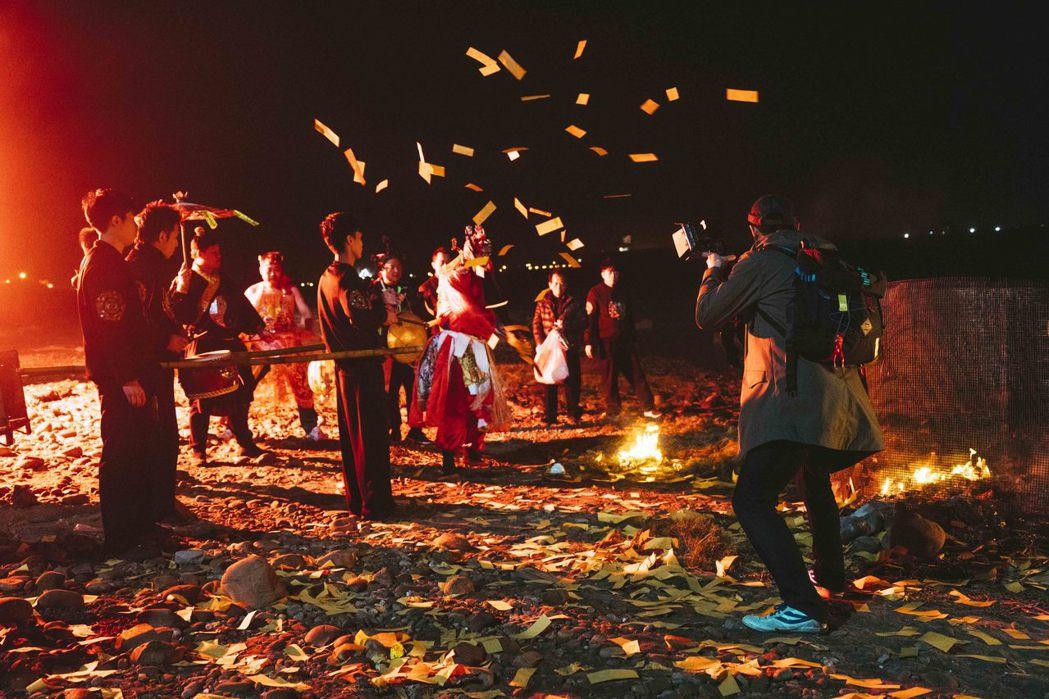 阿西在電影「粽邪」中扮演送肉粽儀式中的法師一角。圖/華影國際提供