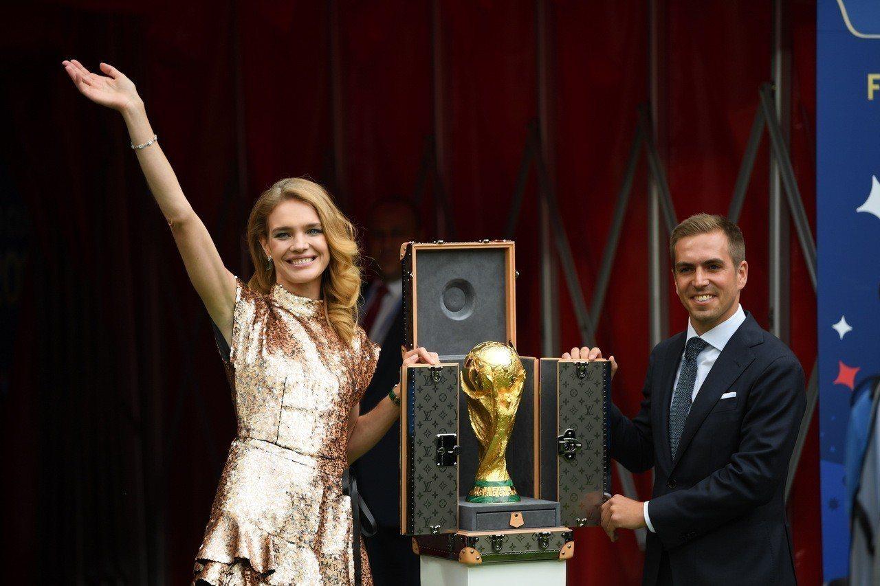 娜塔莉亞.沃迪亞諾娃身穿金色路易威登刺繡洋裝,護送世界盃獎座及路易威登訂製手提硬...