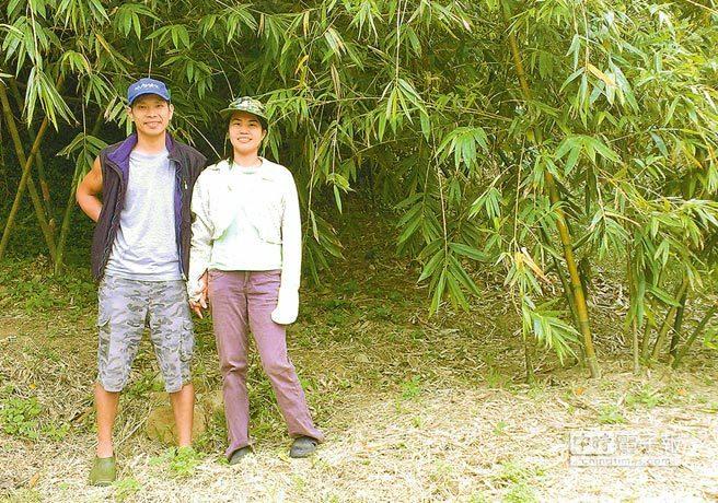 莊崴森(左)13年前接下家業後,隔年創立「茂新有機蔬果農場」,隨後更因為有機蔬菜...