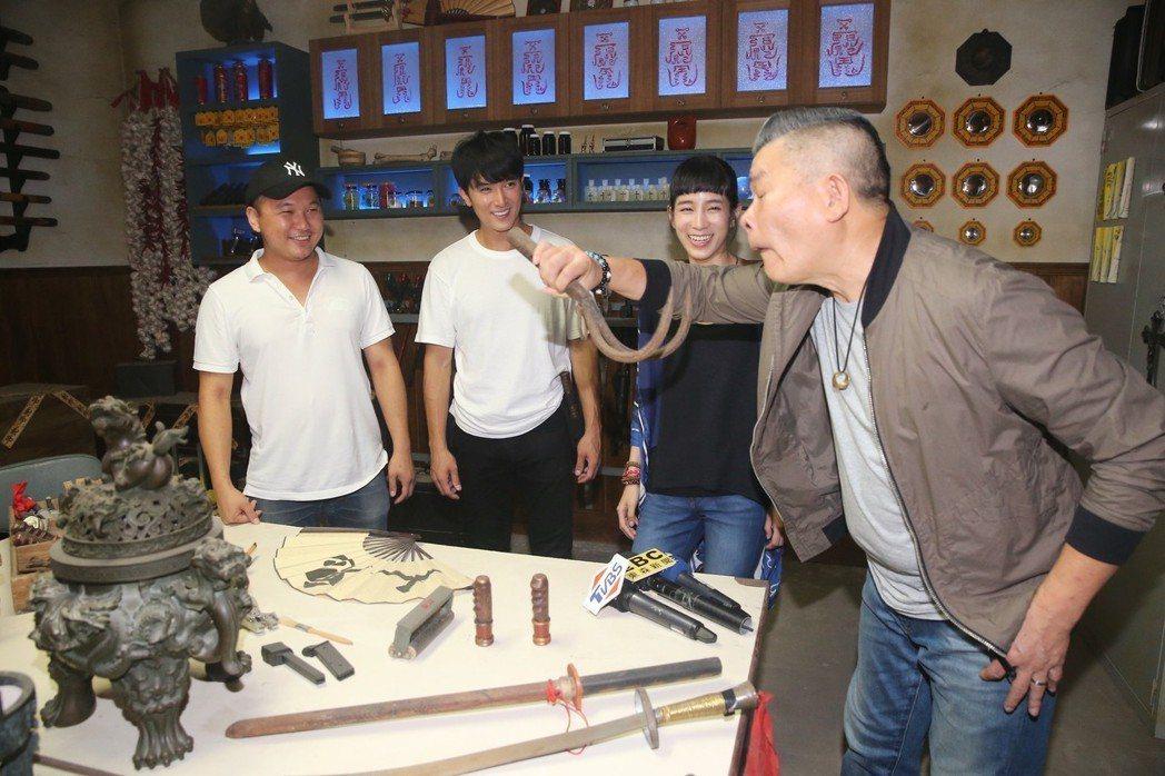 新銳導演王鼎霖(左一)執導的黑色靈異警探新片「第九分局」今天開放媒體探班,主要演...