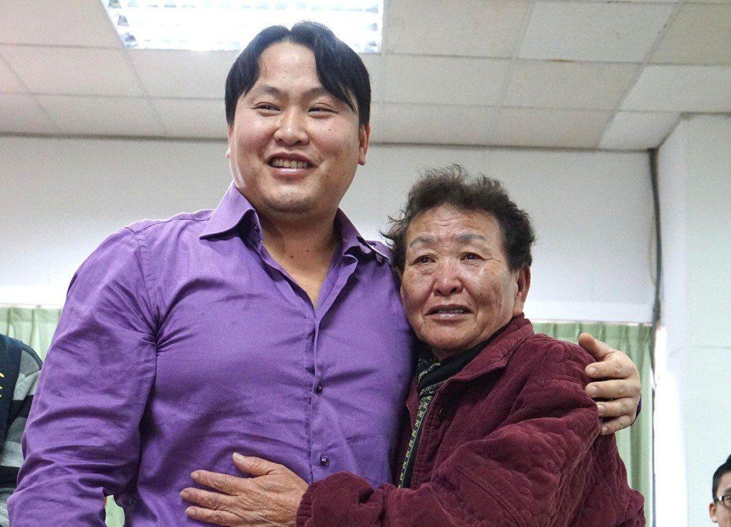被送養到芬蘭的台灣男子柯尼(左)來台,與闊別34年的生母何劉淑真緊緊相擁。圖/聯...