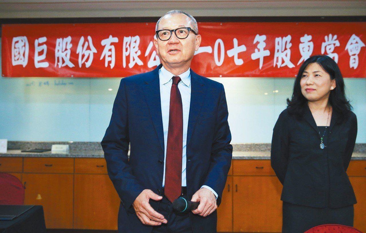 國巨集團董事長陳泰銘(左)