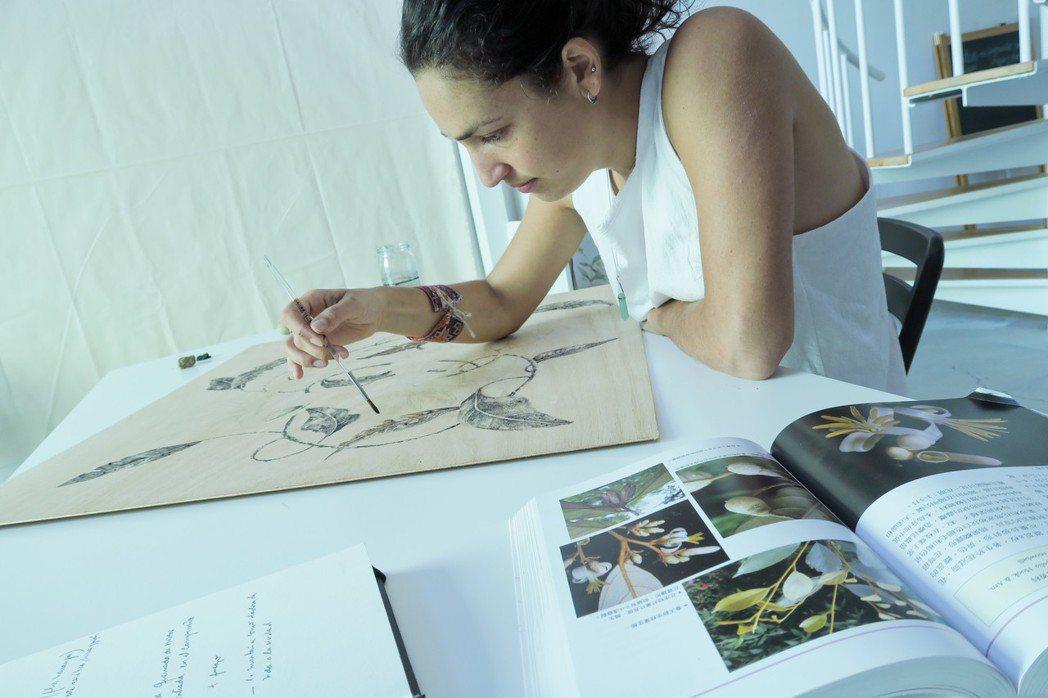 自然系藝術家,經常隨手捻來,即興創作揮灑創意,藝術文化的交流,無須文字的表達即能...