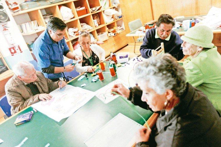 圖為阿茲海默症與失智症患者進行團體治療。 路透