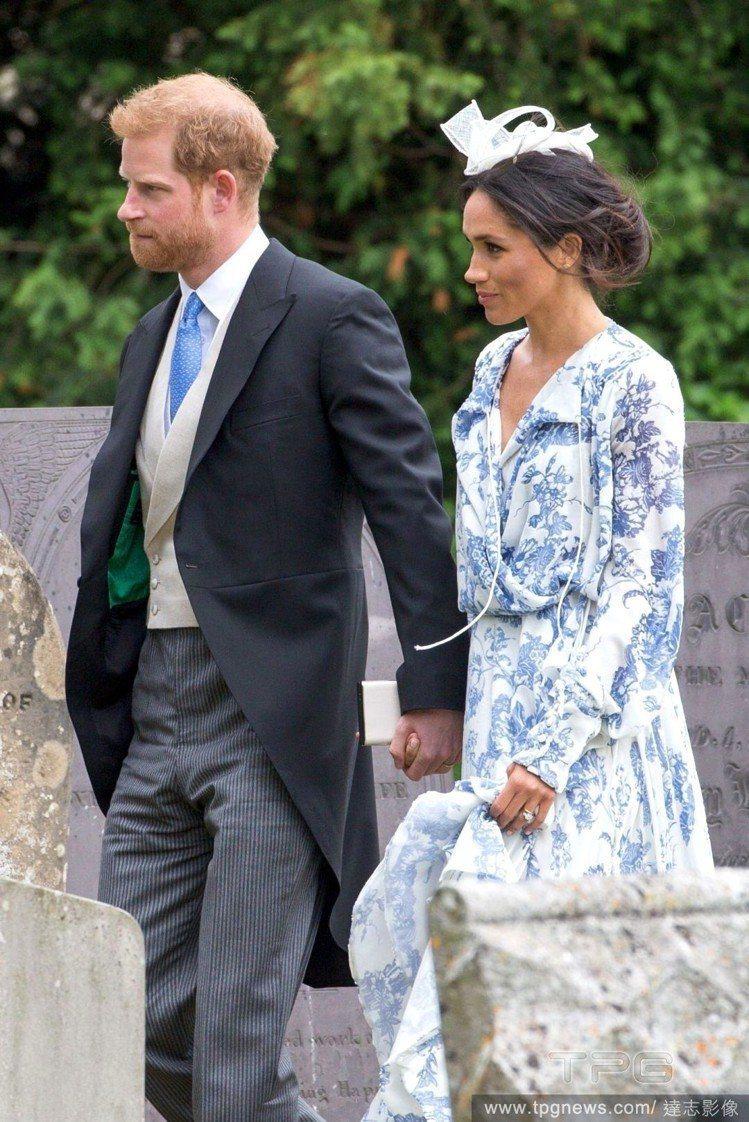梅根婚後首度出席婚宴,穿著設計師Oscar de la Renta的洋裝。圖/達...