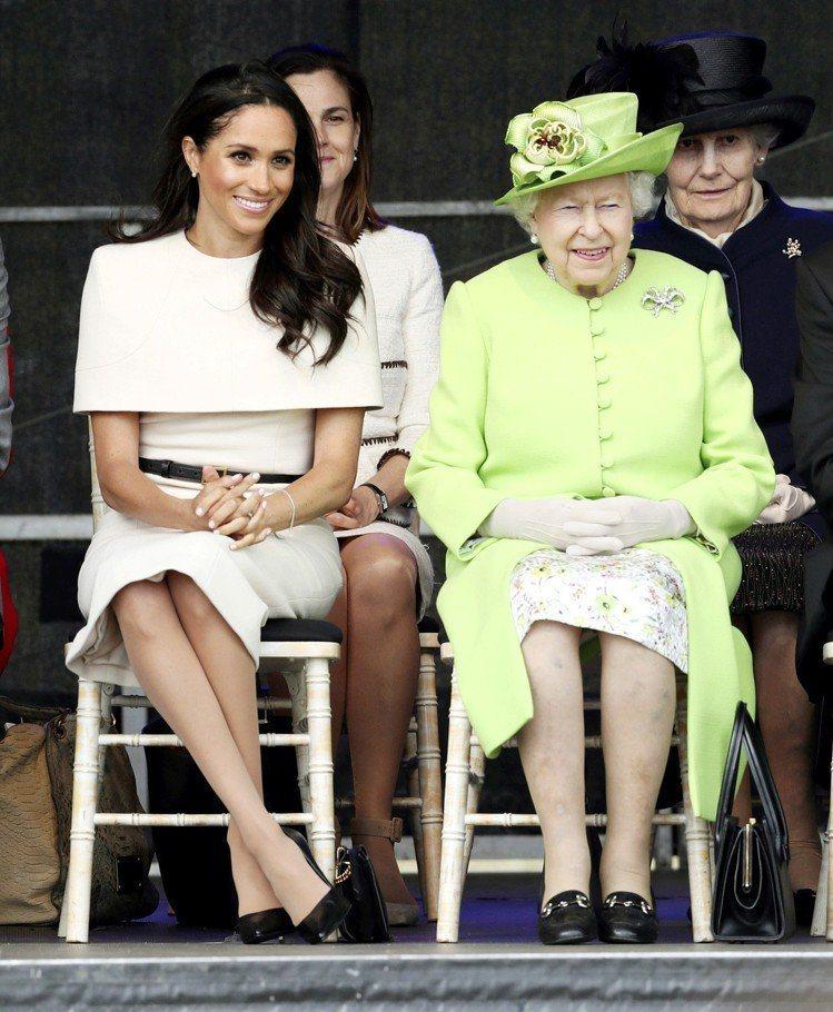 梅根婚後首度陪同女王出席公務,選穿Givenchy的奶油色連身過膝洋裝,要價2萬...