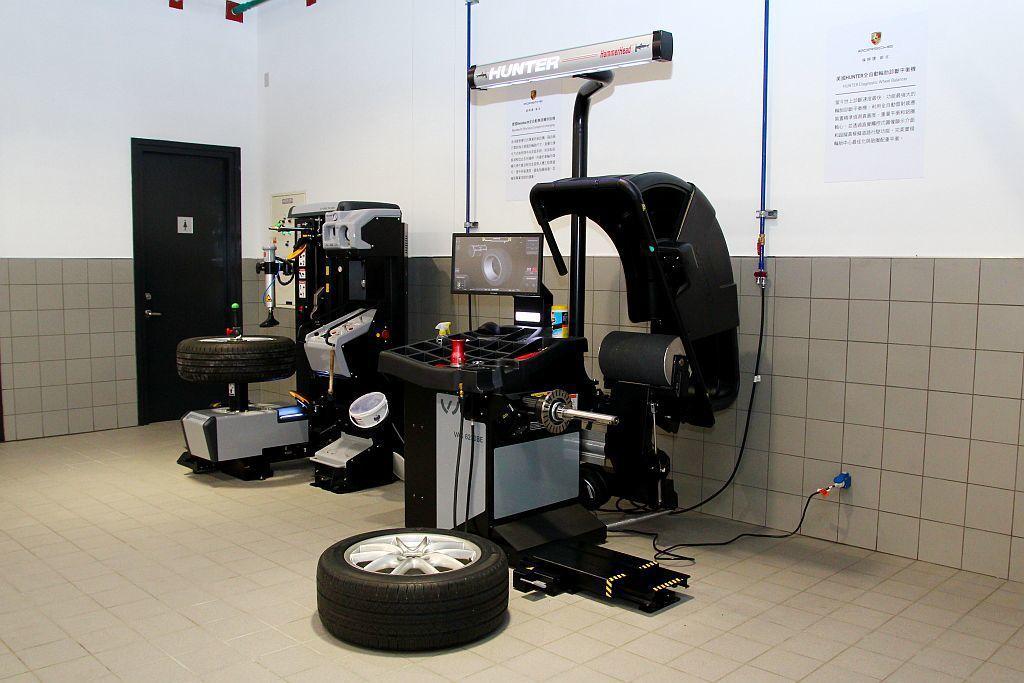 保時捷新北直接引進歐洲原裝進口頂級維修保養機具。 記者張振群/攝影
