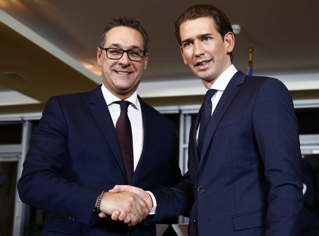 奧地利人民黨(OeVP)黨魁庫爾茨(右),與民粹主義的自由黨(FPO)黨黨魁史托赫握手,兩黨並共組聯合政府。 圖/路透社