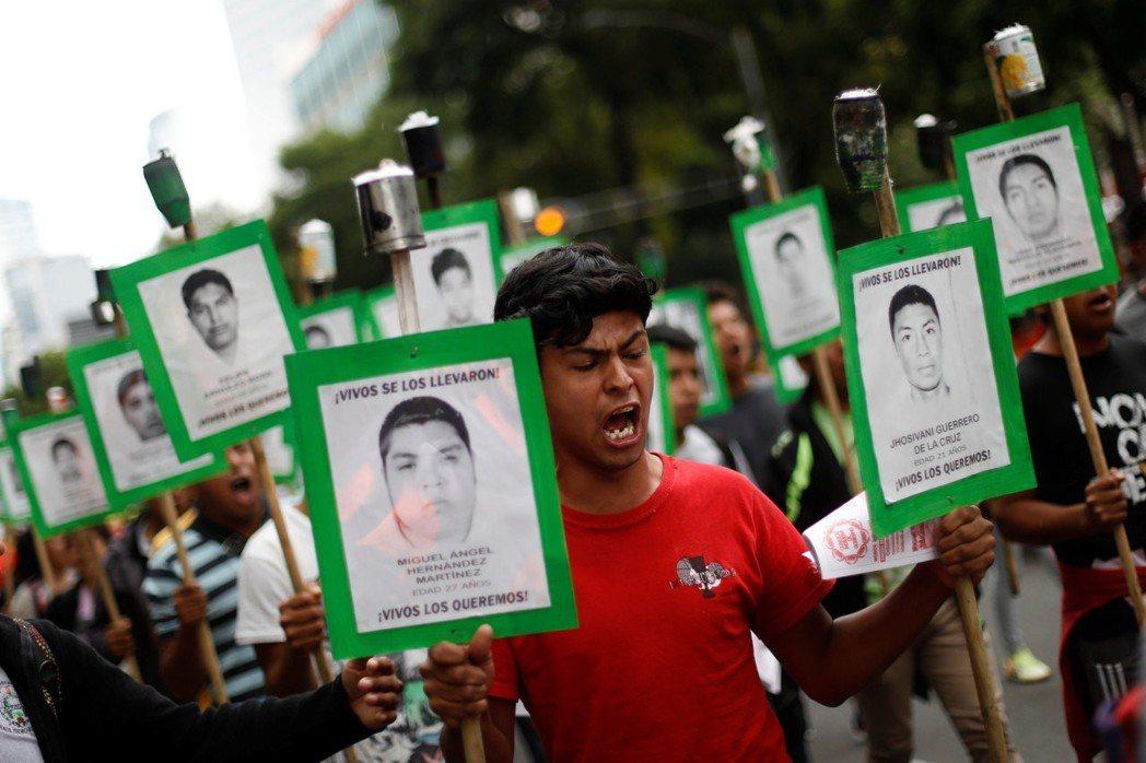 2014年,格雷羅州一行共43人在路上集體被黑幫攔阻、虐打及殺害。事後調查發現駭...