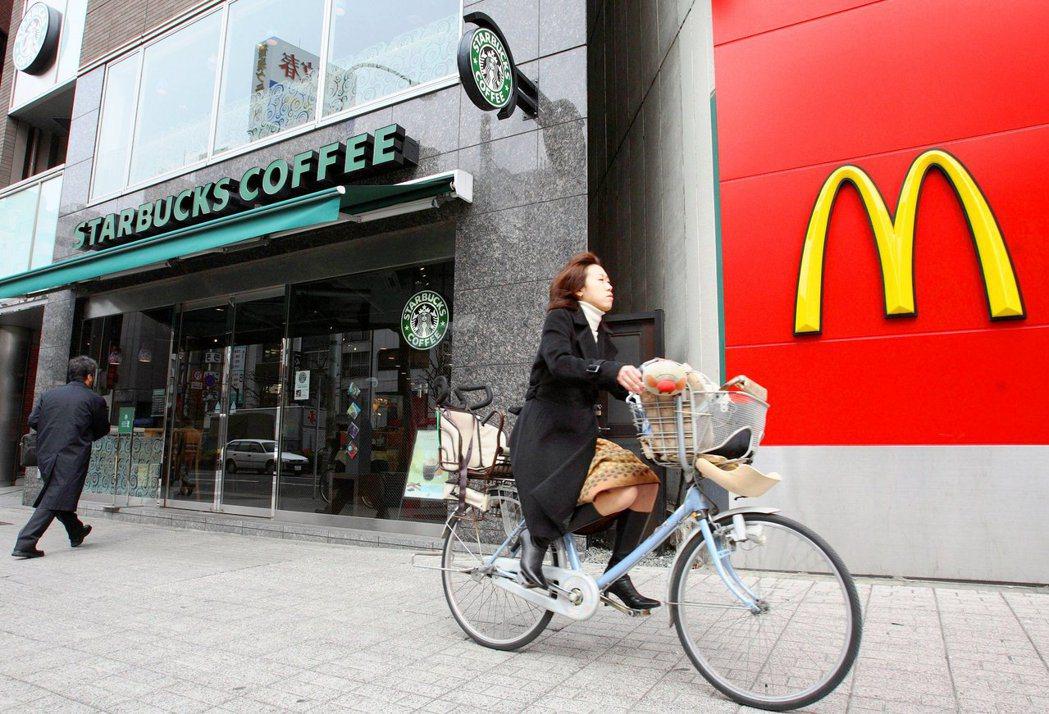 為了環境永續,在商業上向來將對方視為競爭對手的星巴克(左)與麥當勞(右)決定攜手...