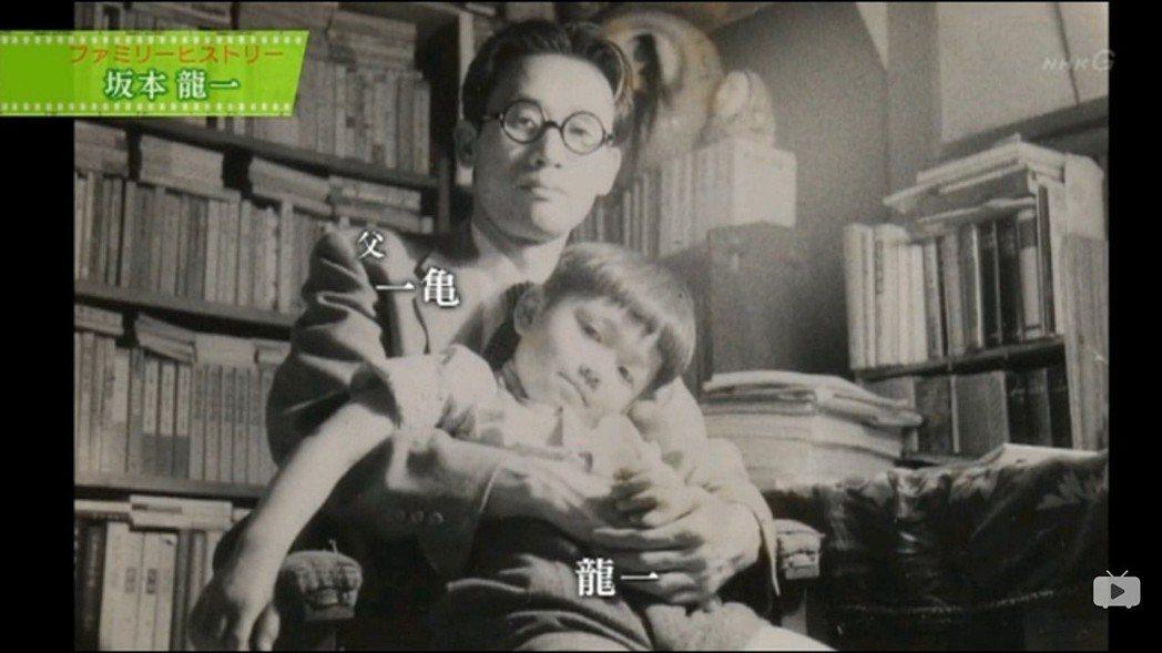 四歲時的坂本龍一與父親坂本一亀在自家書房合照。 圖/翻拍自NHK《Family ...