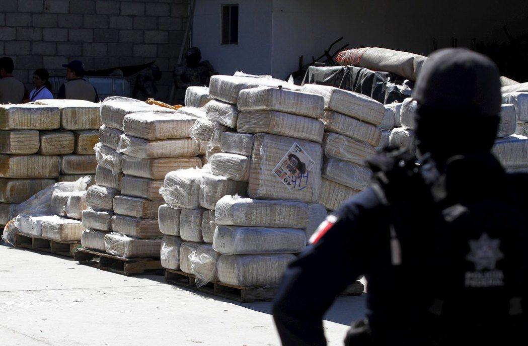 隨著哥倫比亞毒梟的沒落,新生的墨西哥運毒網絡漸添PRI的管治壓力。在容忍與鐵腕對...