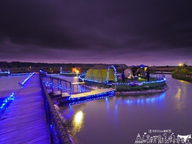 (圖/何師父LOVE露營) ▲生態島晚上點燈之後,河面上的倒影相互輝映。