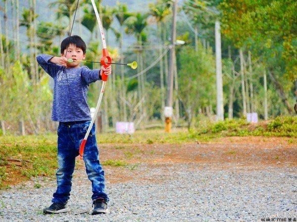 (圖/何師父LOVE露營) ▲讓孩子成為小小神射手!
