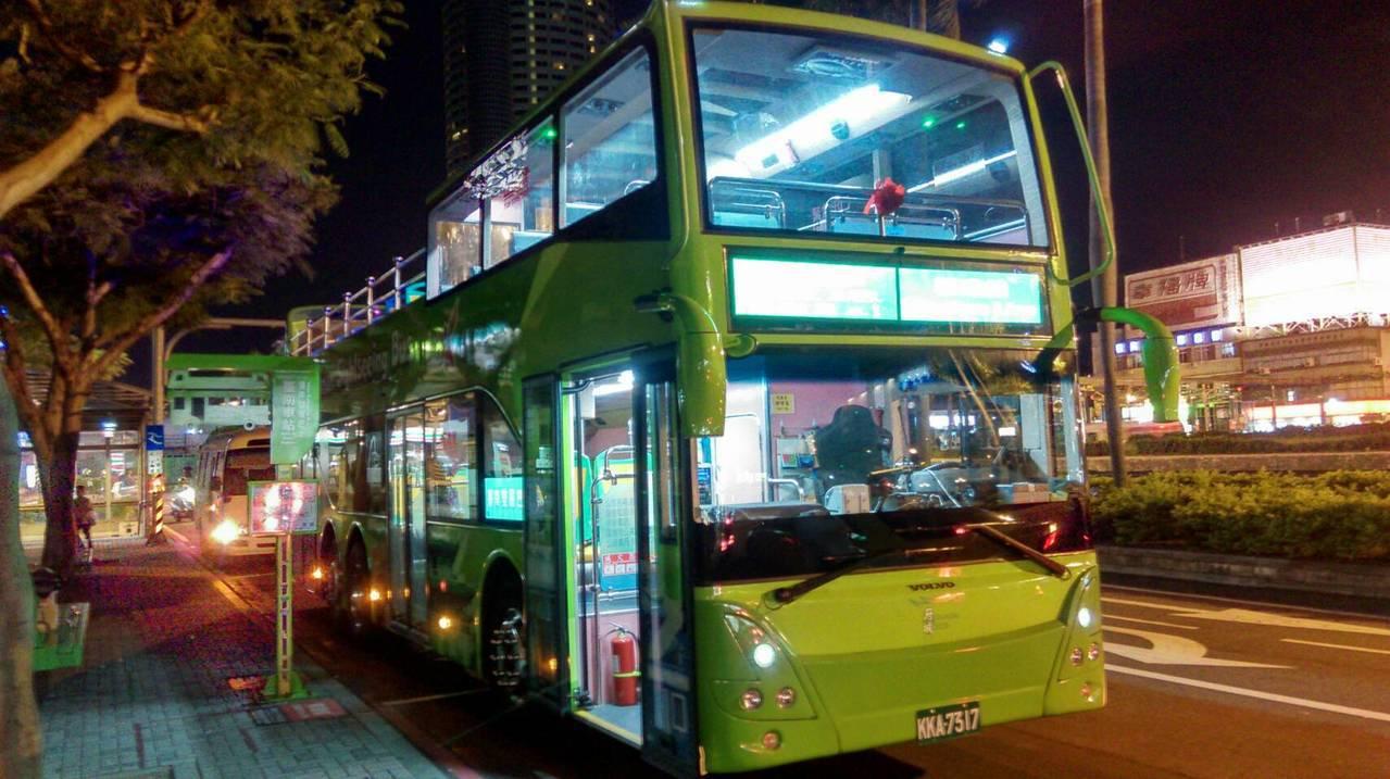 台南市仲夏推出星光雙層巴士。圖/交通局提供