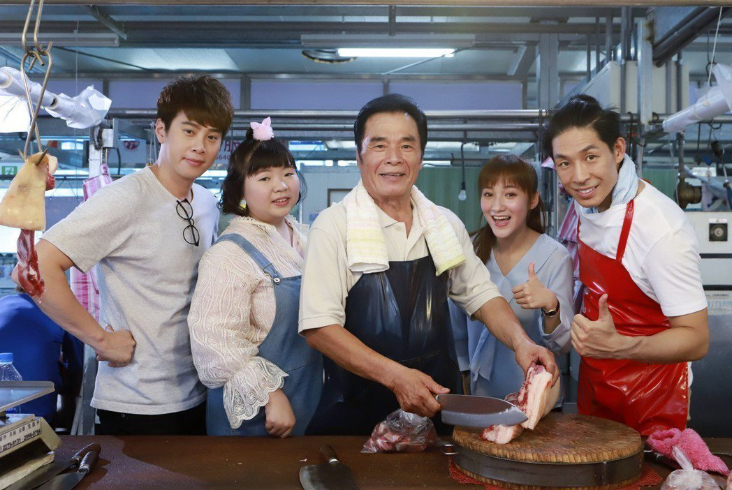 影帝雷洪(中)客串演出「實習醫師鬥格」演豬肉攤老闆。圖/民視提供