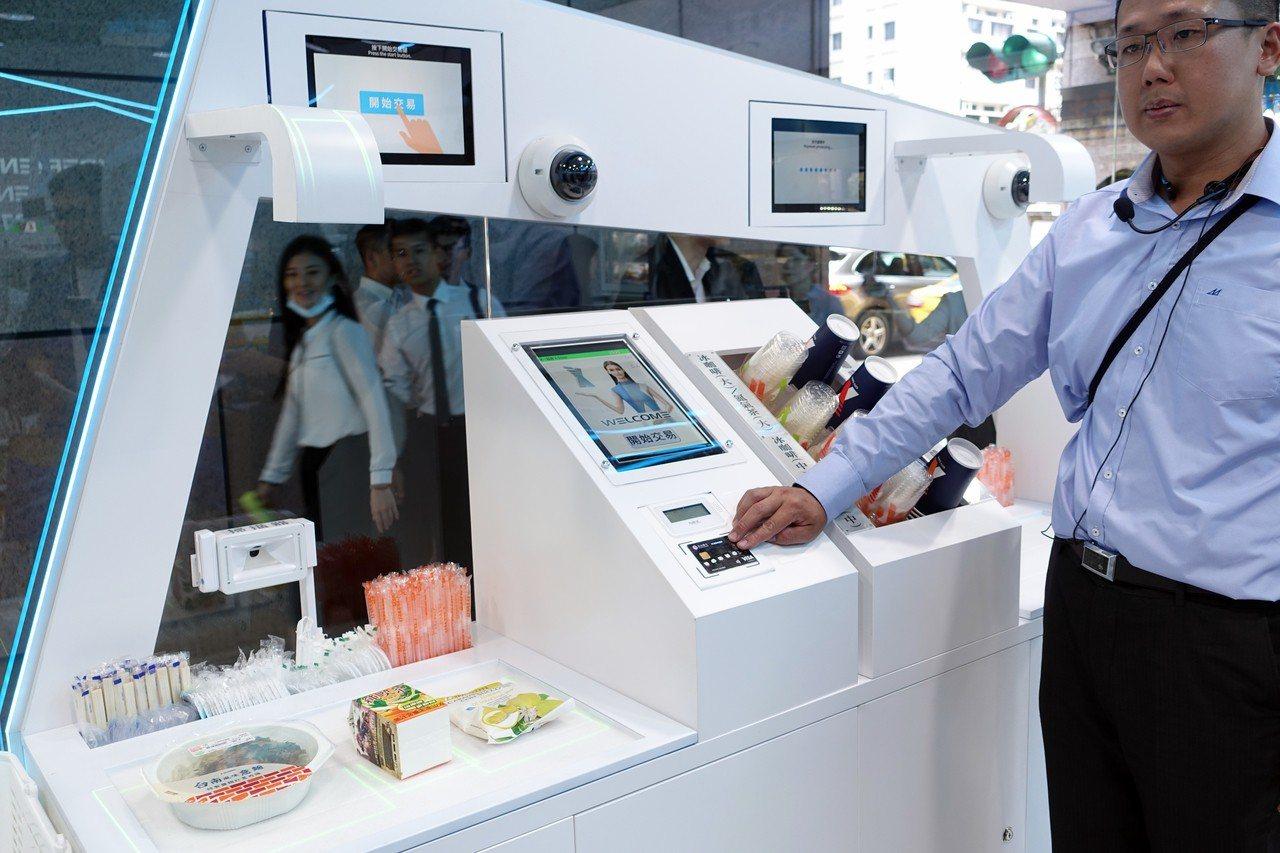 兩台自助結帳櫃台附臉部辨識系統,商品辨識結帳速度加快一倍以上。記者沈佩臻/攝影