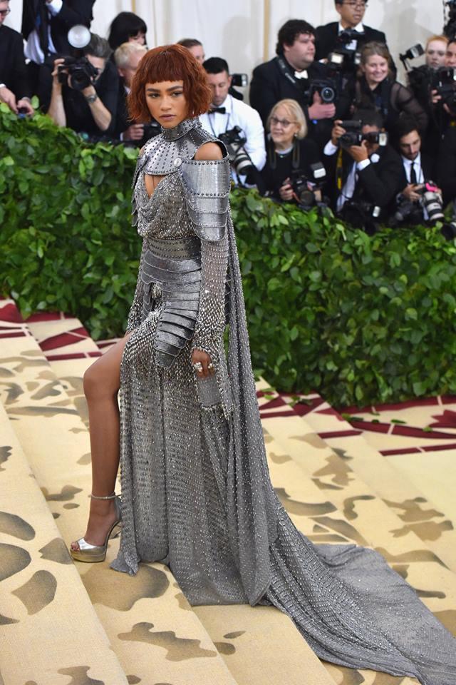辛蒂亞穿Versace訂製服出席紐約大都會博物館年度慈善晚宴Met Gala,時...