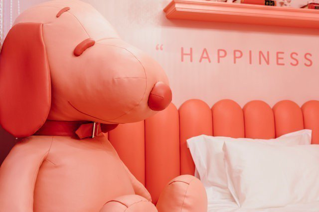 粉紅主題房的史努比大玩偶。圖/摘自PEANUTS HOTEL官網