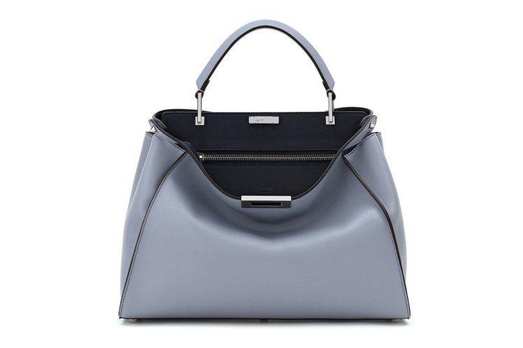 Peekaboo Essential淺藍色搭配黑色款,售價19萬元。圖/FEND...