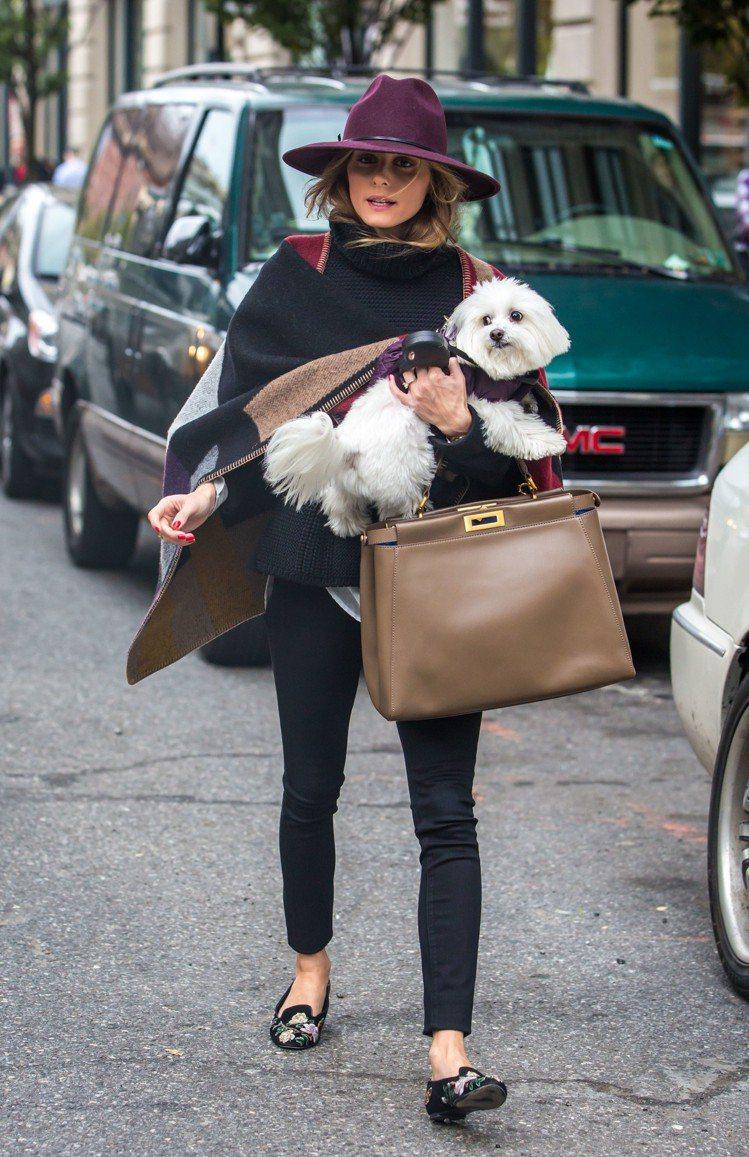 名媛Olivia Palermo抱著愛犬手拎Peekaboo。圖/FENDI提供