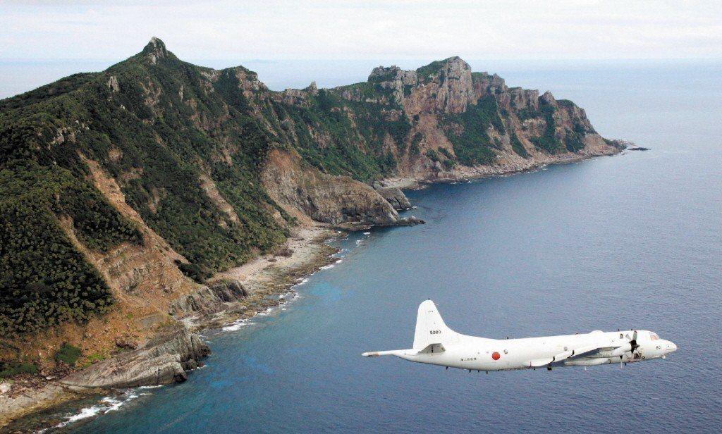 日本海上自衛隊預警機2011年在釣魚台群島上空的檔案照。 路透
